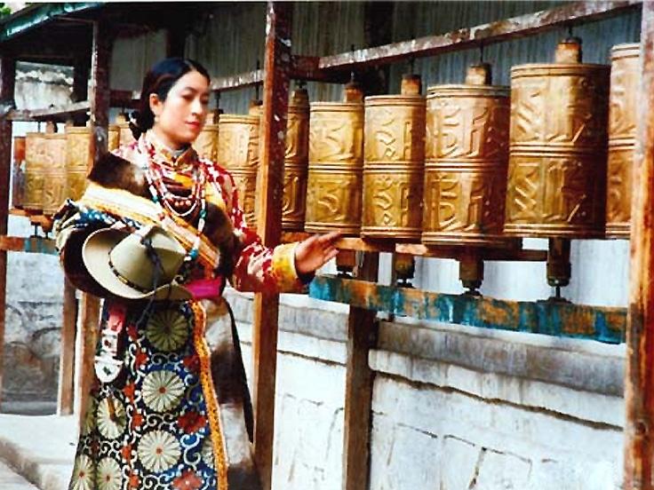 Femme tibétaine et des moulins à prière