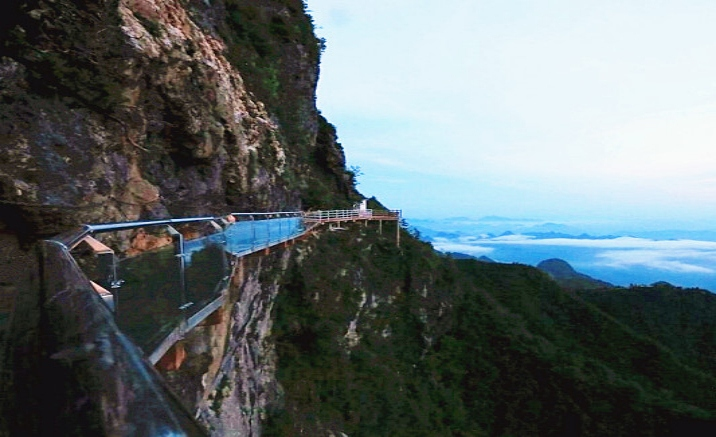 China's highest glass walkway debuted to the public