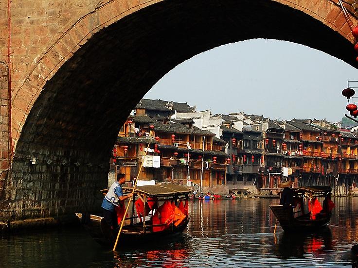 Promenade en bateau autour de la vieille ville Fenghuang