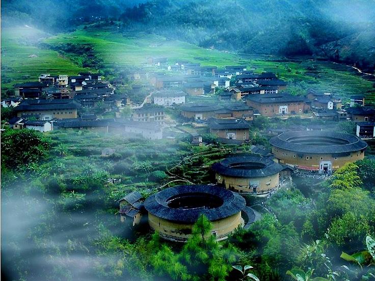 Maisons des Hakkas dans le brouillard douce