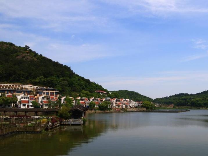 Dong Qian Lake