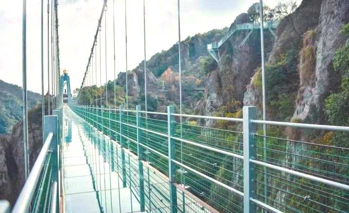 The longest glass bridge in Chongqing opened to public