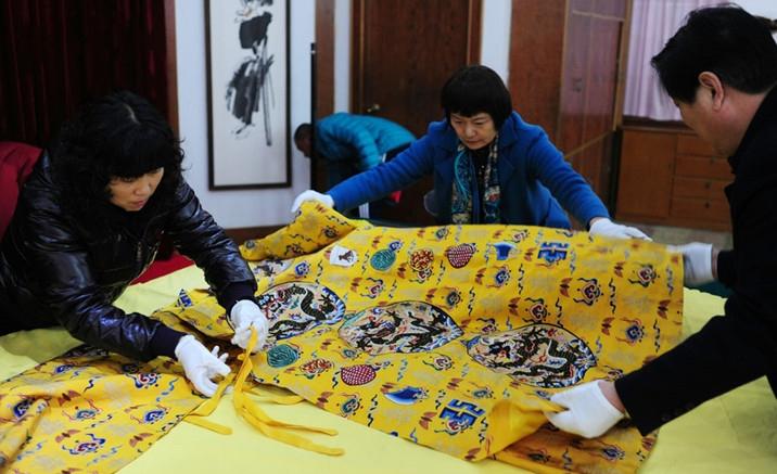 Replicas of imperial robes exhibition held in Beijing
