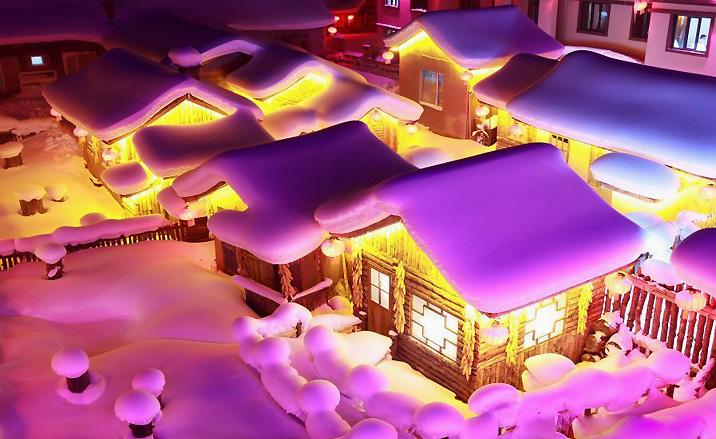 Vue nocturne du village Xuexiang - un monde féérique du nore de la Chine