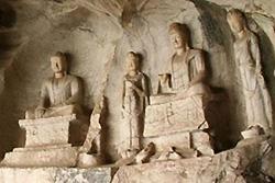 Les statues dans la grotte de la Colline Fubo