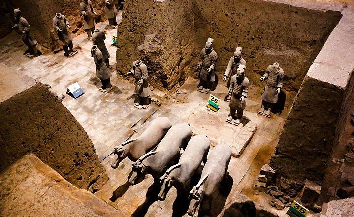 Le mausolée des guerriers et les chevaux en terre cuite de l'empereur de Qin Shihuangdi, Xi'an