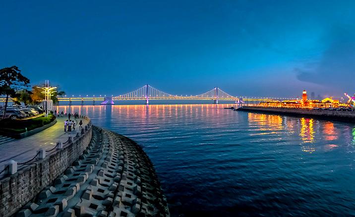 La vue nocturne au rive de la rivière Binhai, Tianjin