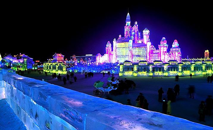 Vue nocturne de la cité de glace à Harbin